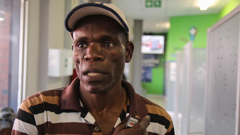 Südafrika: Cornel Rikhotso nimmt seit 2006 kontinuierlich Medikamente gegen HIV. Als einer der ersten Patienten testet er die Apothekenautomaten.
