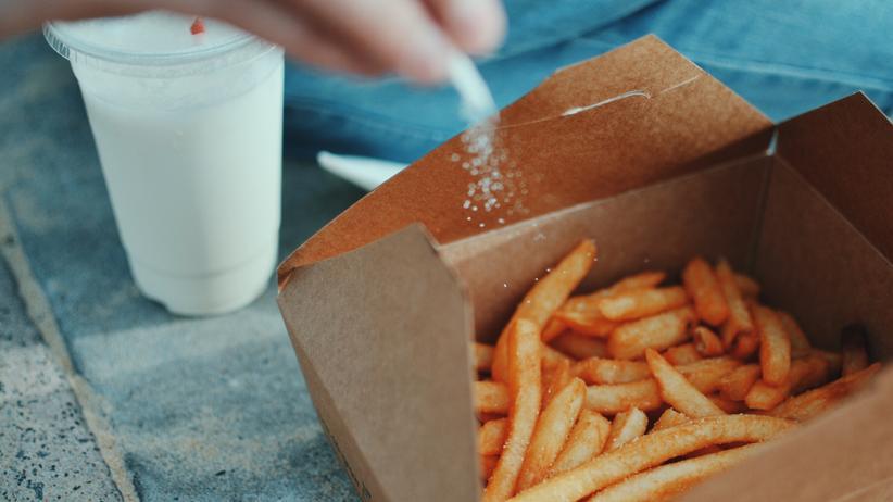 Auf Salz verzichten: 10 Gramm Salz essen Männer im Schnitt pro Tag, Frauen 8,4 – zu viel, sagt die Weltgesundheitsorganisation.