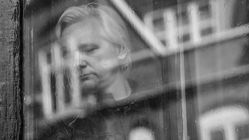 Psychische Krankheiten: Julian Assange steht hinter einem der Fenster der ecuadorianischen Botschaft in London im Mai 2017.