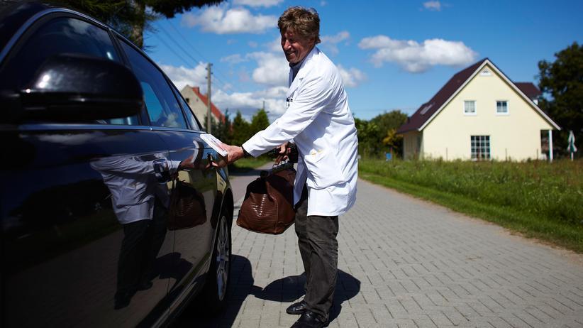 Bundesarztregister: Ein Arzt macht in Brandenburg Hausbesuche bei Patienten.