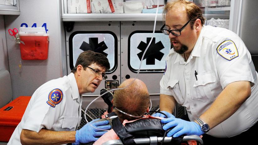 Weltdrogenbericht: In einem Vorort von Boston wird ein Mann mit einer Überdosis eines Opioids behandelt.