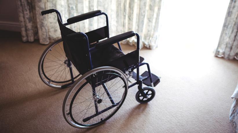 Chirurgie: Im Rollstuhl sitzen die Patienten der australischen Chirurgin Natasha van Zyl weiterhin, ihre Arme aber können sie wieder bewegen.