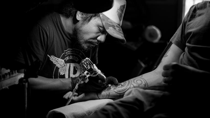 Tattoos: Nicht nur die Farbe bleibt unter der Haut, sondern wohl auch Metall aus der Nadel.