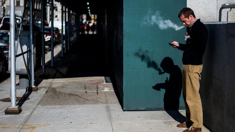 Rauchen: Ein Mann beim Dampfen in New York. Forscherinnen und Forscher machen vermehrt auf die Gesundheitsrisiken von E-Zigaretten aufmerksam.