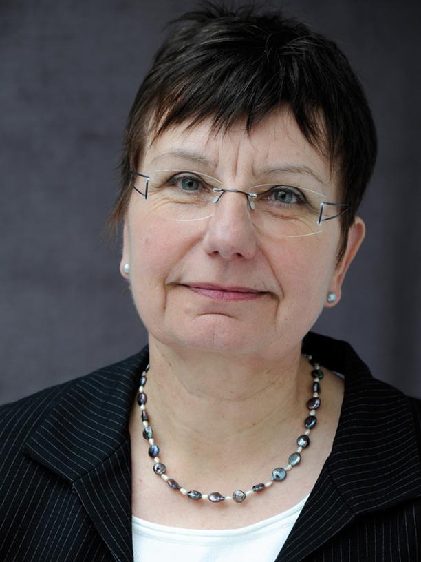 Ingrid Schubert ist Apothekerin und forscht seit 1980 zu Gesundheitsfragen, vor allem zu Versorgungs- und Qualitätsforschung. Sie ist Senior Researcher an der PMV-Arbeitsgruppe der Uni Köln.