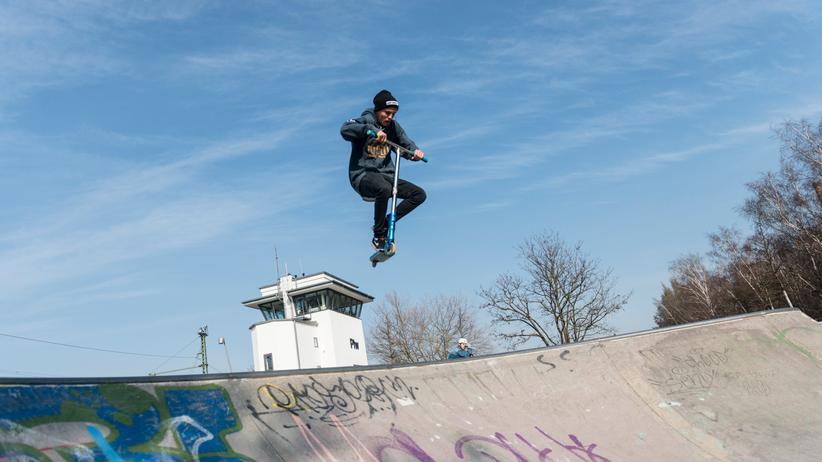 Weltgesundheitsorganisation: Ein Jugendlicher in der Skateranlage im Park am Gleisdreieck in Berlin.