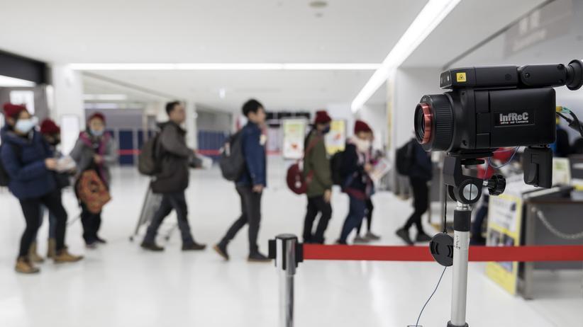 Coronavirus: Passagiere am Flughafen Tokio-Narita werden nach bekannt gewordenen Coronavirus-Infektionen in Japan mit einem Thermalscanner überprüft.