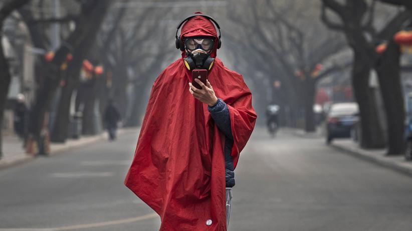 Coronavirus: 26. Januar, Peking: ein Mann mit Atemschutzmaske. Viele Städte wurden zum Seuchenschutz abgeriegelt.