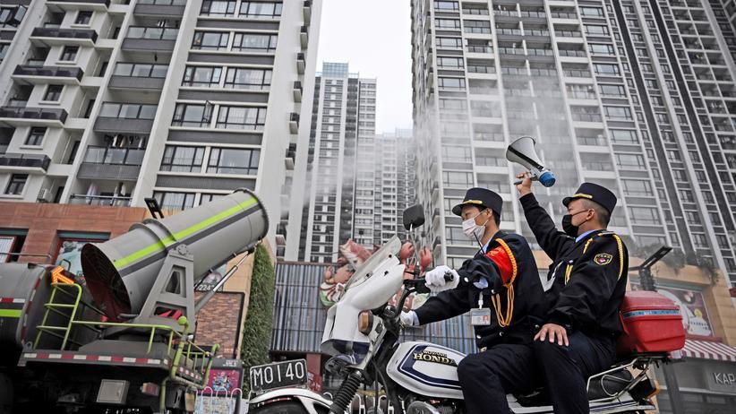 Coronavirus: Ein Reinigungsfahrzeug desinfiziert einen Wohnblock in der chinesischen Stadt Guangzhou.