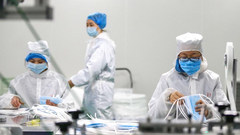 Coronavirus: Produktion von Mundschutzmasken in einer Fabrik in der chinesischen Stadt Qingdao