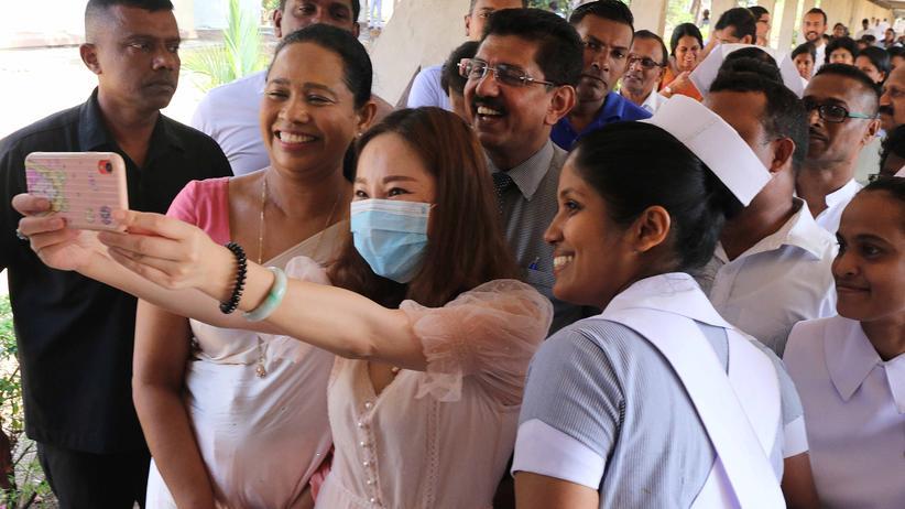 Jeder genesene Patient ist ein Grund zur Freude. Hier feiert eine Chinesin ihre Entlassung aus einer Klinik auf Sri Lanka, nachdem sie sich beim Reisen mit dem neuen Coronavirus angesteckt hatte.