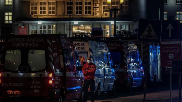Coronavirus weltweit: Rettungswagen stehen vor portugiesischen Krankenhäusern Schlange