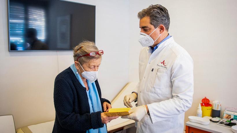 Corona-Impfstoff: Der Münchner Allgemeinarzt Oliver Abbushi hat gerade seine Patientin Dorothea Robert mit AstraZeneca geimpft.