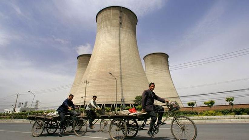 Die Kühltürme eines Kohelkraftwerks in einem Vorort von Peking
