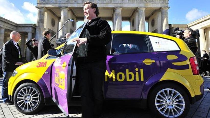 Mirko Hannemann steigt aus dem Elektroauto mit neuartiger Lithium-Metall-Polymer-Batterie aus. Er soll damit von München nach Berlin gefahren sein, 600 Kilometer