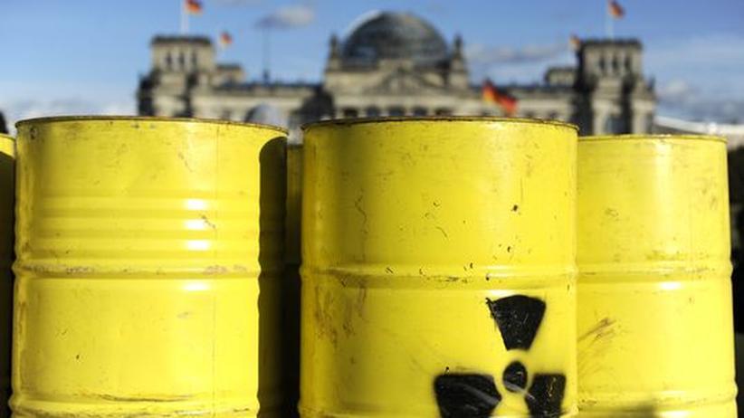 Bei einer Protestveranstaltung gegen Atommülltransporte postierten 2010 Demonstranten symbolische Fässer vor dem Reichstagsgebäude in Berlin