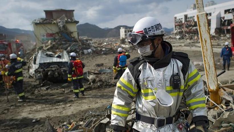 Rettungsmannschaften durchforsten die Trümmer der japanischen Stadt Rikuzentakata. Der Tsunami vom 11. März hat weite Teile dem Erdboden gleich gemacht