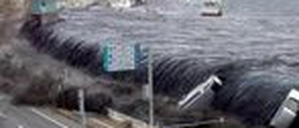 Die Stadt Miyako in Japan am 11. März 2011: Die Ausläufer des verheerenden Tsunamis flutet Straßen