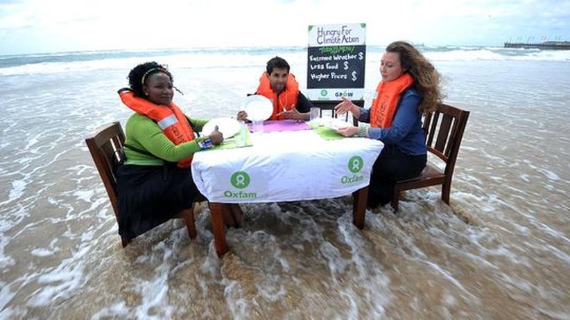 """Aktivisten von Oxfam protestieren für """"Klima-Gerechtigkeit"""""""