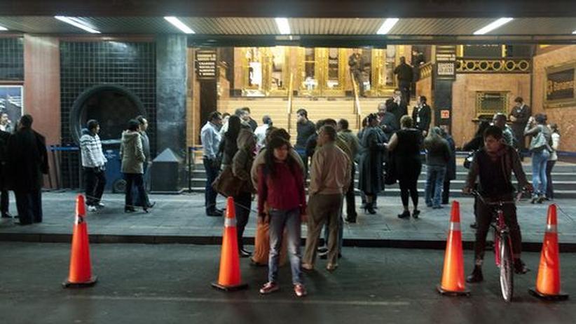 Nach einem schweren Erdbeben verharren Menschen in Mexiko-Stadt auf der Straße.