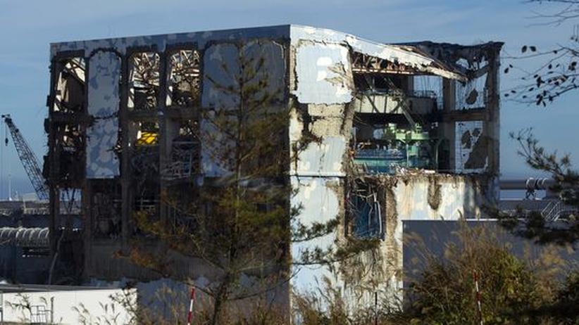 Der stark beschädigte Reaktor 4 der Atomanlage Fukushima-Daiichi: In dem vor dem beben bereits abgeschalteten Block lagern noch Hunderte Brennstäbe, die gekühlt werden müssen.