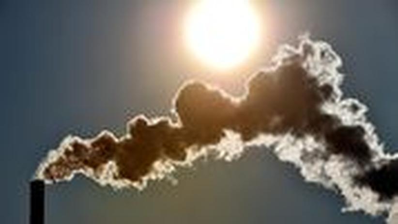 Rauch steigt aus einem Kamin im nordfranzösischen Seclin im Februar 2012 auf.