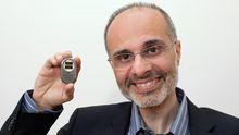 Robert Farra mit dem programmierbaren Medikamentendepot