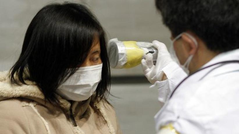 Atom-Katastrophe in Japan: Eine Frau wird Ende März auf eine radioaktive Belastung geprüft. Sie wohnt im evakuierten Gebiet in der Präfektur Fukushima.