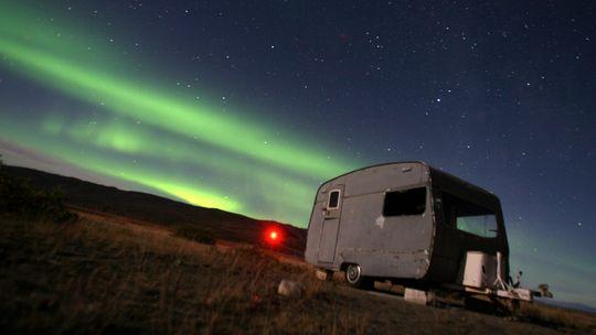 Kosmische Partikel lassen in Polarnähe die obere Atmosphäre geisterhaft erglühen.
