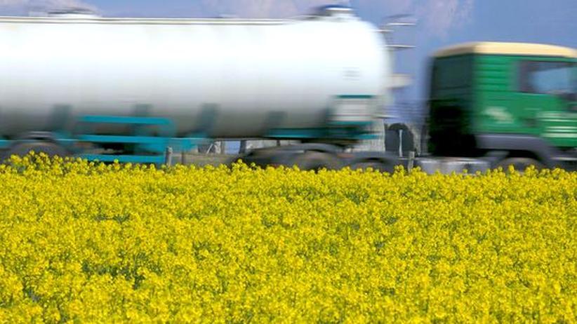 Energiewende: Ein Tankwagen fährt an einem Rapsfeld vorbei, das für die Biosprit-Produktion angelegt worden ist.