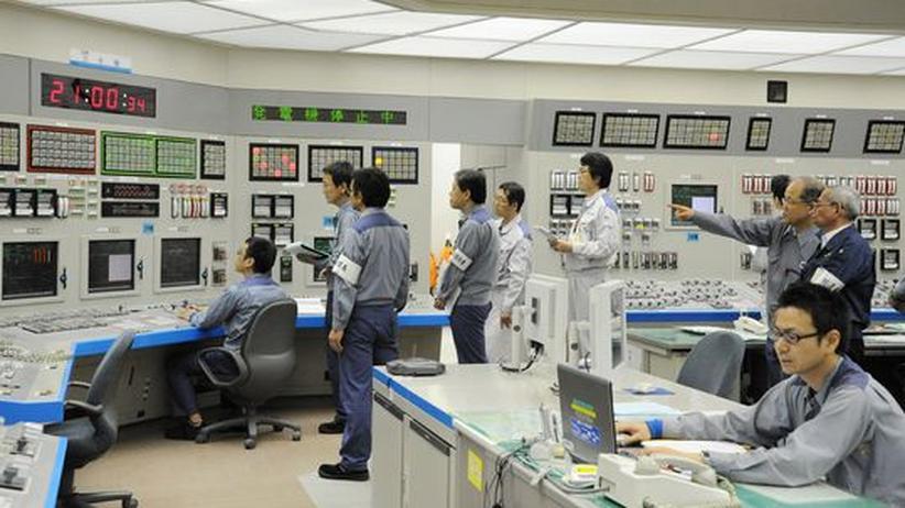 Vorbereiten für die Stromerzeugung: Anfang Juli 2012 setzen Techniker des Kernkraftwerks Oi den ersten japanischen Reaktor nach dem GAU von Fukushima wieder in Gang.