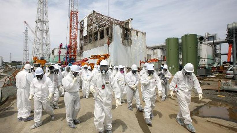 Arbeiter des AKW-Betreibers Tepco und Journalisten besichtigen im Mai 2012 das Gelände der havarierten Atomanlage Fukushima-Daiichi.