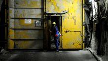 Ein Arbeiter tief im ehemaligen Bergwerk Asse bei Remlingen, in dessen Schächte Atommüll liegt (Archivfoto).