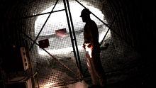 Ein Mann steht in einem Schacht des stillgelegten Salzstocks Asse II (Archivfoto).