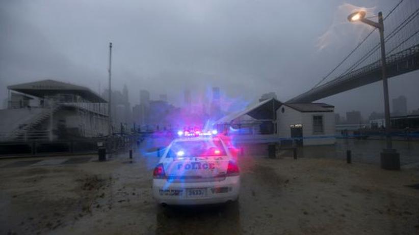 Sturm Sandy erreicht die US-Ostküste: Polizeistreife in Brooklyn, New York