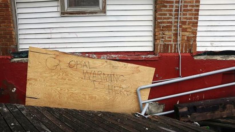 Klimawandel: Ein Schriftzug warnt in New York vor den Folgen der globalen Erwärmung. Der Wirbelsturm Sandy hatte in Teilen der Stadt für Verwüstungen gesorgt.