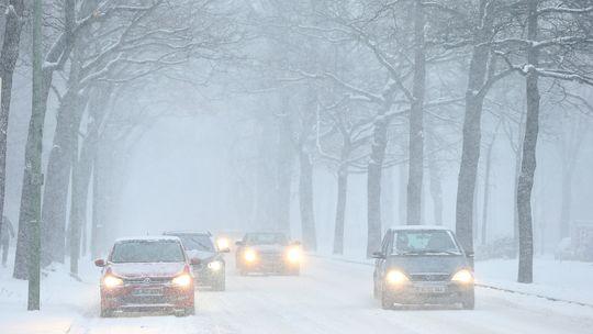Schnee und Glätte zwingen Autofahrer derzeit zur Vorsicht, wie hier in Berlin-Zehlendorf.