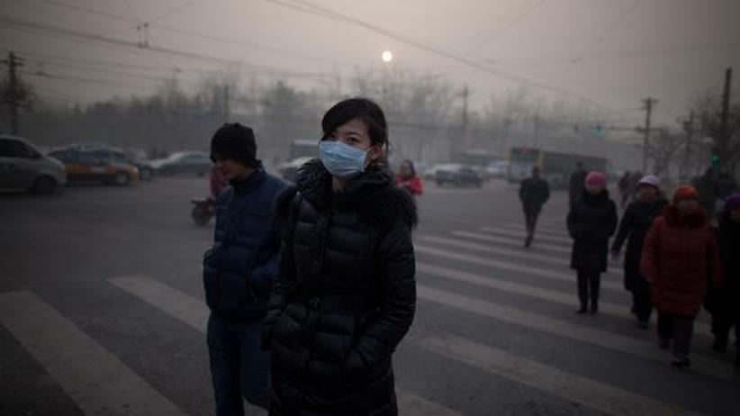 China: Passanten im Smog von Peking