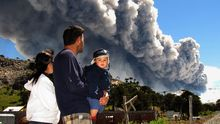 Eine Familie beobachtet im Dezember 2012 Ascheschwaden, die der argentinische Vulkan Copahue auspuckt.