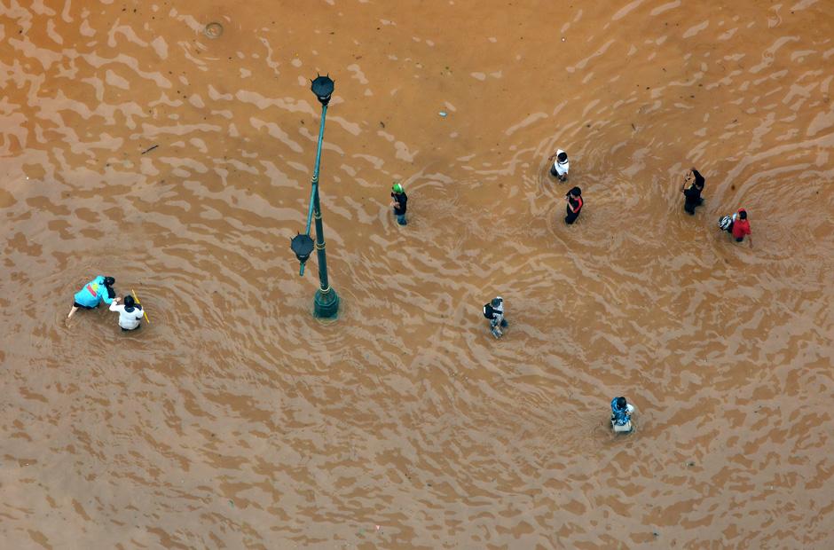 Fußgänger auf einer gefluteten Hauptstraße