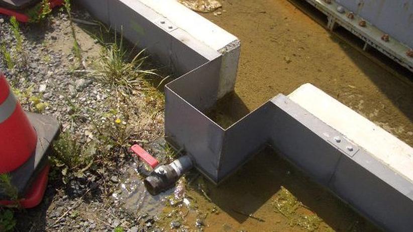 Hahn wirklich zugedreht? An einer Barriere, die Dutzende Wassertanks einrahmt, trat offenbar wochenlang kontaminiertes Kühlwasser aus, insgesamt bis zu 300 Tonnen.