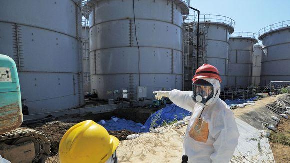 Besuch nahe lecken Tanks: Vergangene Woche informierte sich der japanische Wirtschaftsminister Toshimitsu Motegi (rechts) über die Lage im AKW Fukushima.