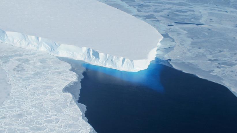Teile des Thwaites-Eisschild in der Antarktis zerbrechen und versinken im Wasser.