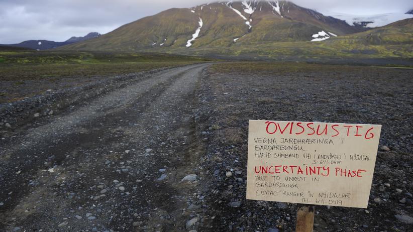 Nach Erdbeben: Alarmstufe Rot wegen eines drohenden Ausbruchs: Ein Warnschild verstellt den Weg zum isländischen Vulkan Bardarbunga.