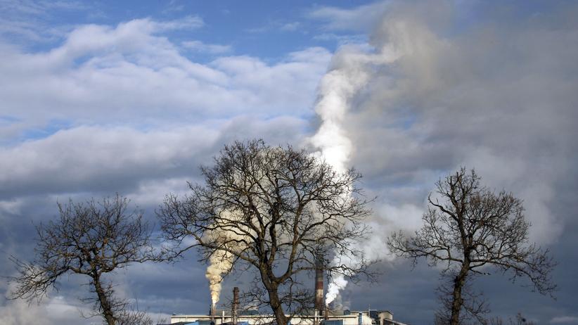 Klimaforschung: Rauch steigt aus Schornsteinen einer Fabrikanlage in Gllogoc, Kosovo, auf.