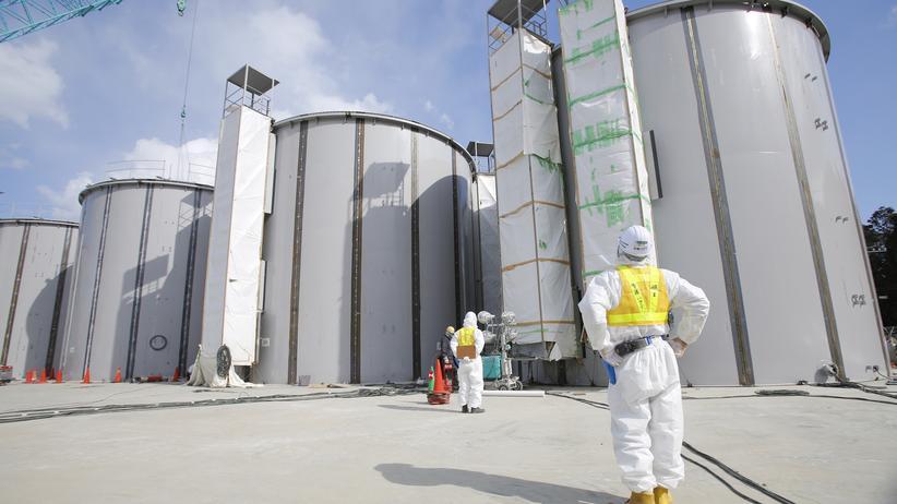 Arbeiter in Schutzanzügen in Fukushima
