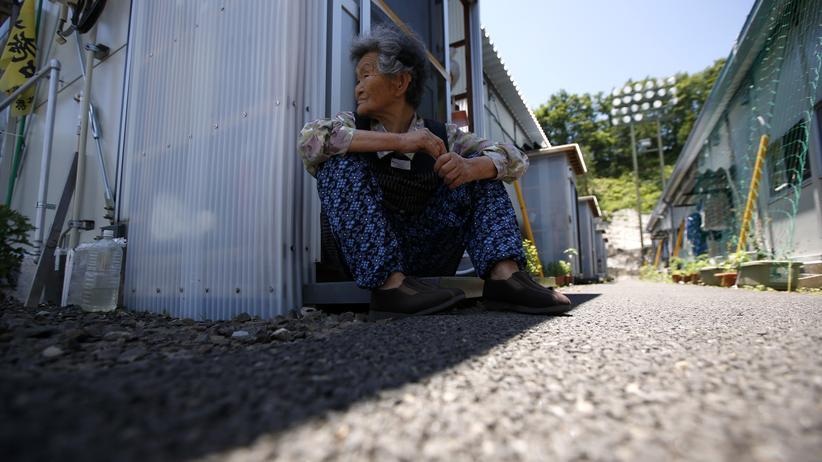 Allein im Container: Diese ältere Frau lebt seit der Reaktorkatastrophe von Fukushima in einer Behelfsunterkunft.