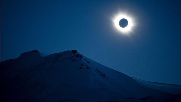 Sonnenfinsternis Live-Blog: Die totale Sonnenfinsternis gab es über Svalbard. Schön.