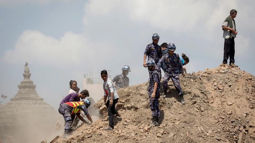 Erdbeben in Nepal: Kathmandu: Suche nach verschütteten Opfern mit den bloßen Händen