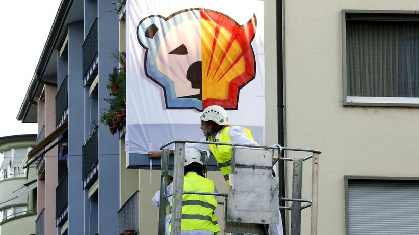 Greenpeace-Aktivisten protestieren in Zürich mit einem Banner gegen den Ölkonzern Shell.